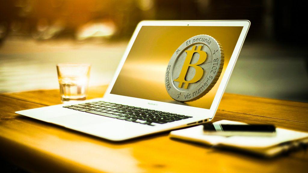 Bitcoin Symbol auf einem Laptop